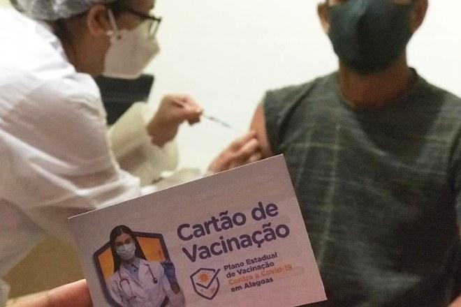 Profissional da saúde vacinando morador de Branquinha –© Assessoria