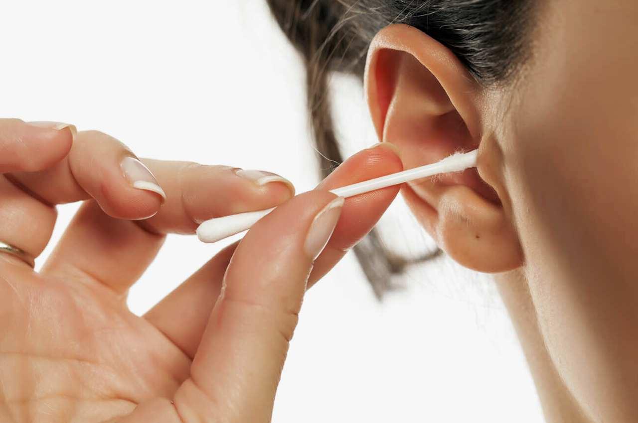 A utilização de cotonetes para limpar os ouvidos é, ainda e infelizmente, um hábito muito enraizado junto dos brasileiros   © Reprodução/Ilustração