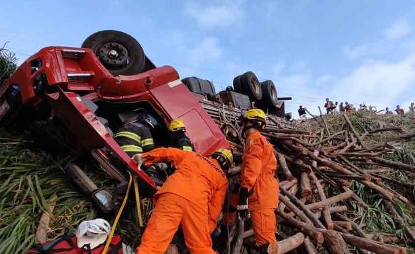 Caminhão tombado em São José da Laje
