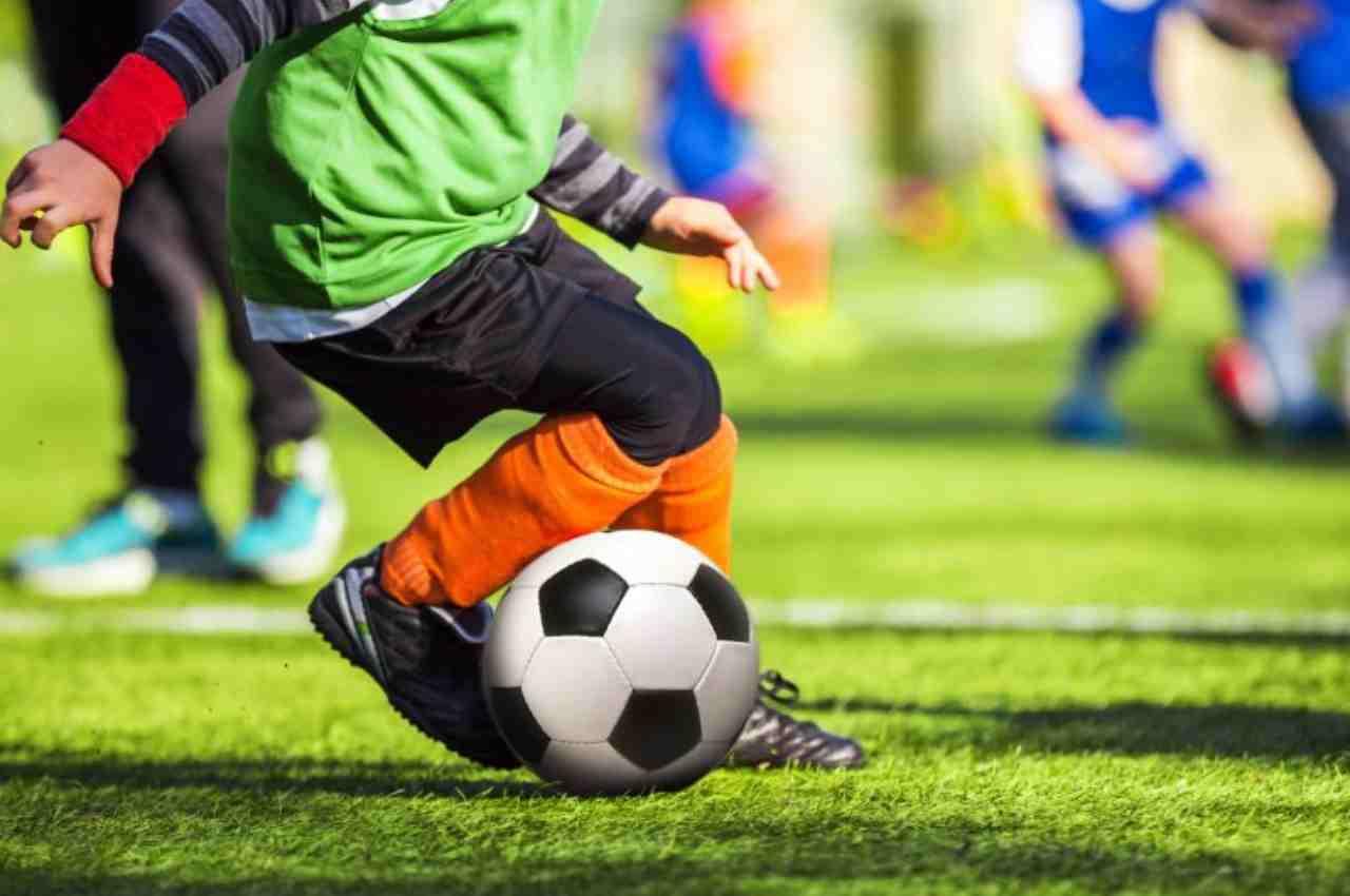 Criança jogando futebol | © Ilustração