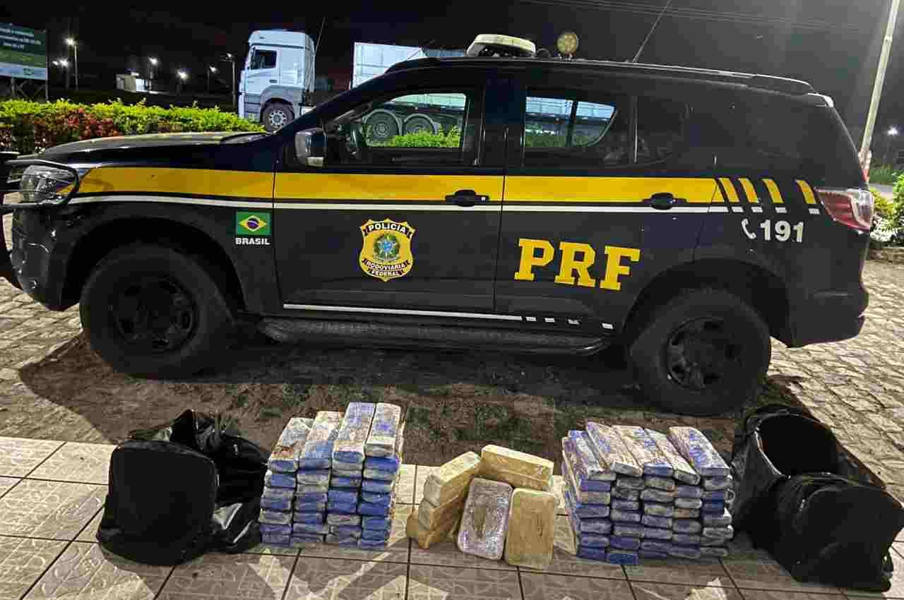 Drogas foram localizadas em mochilas que estavam embaixo da cama do motorista | © PRF