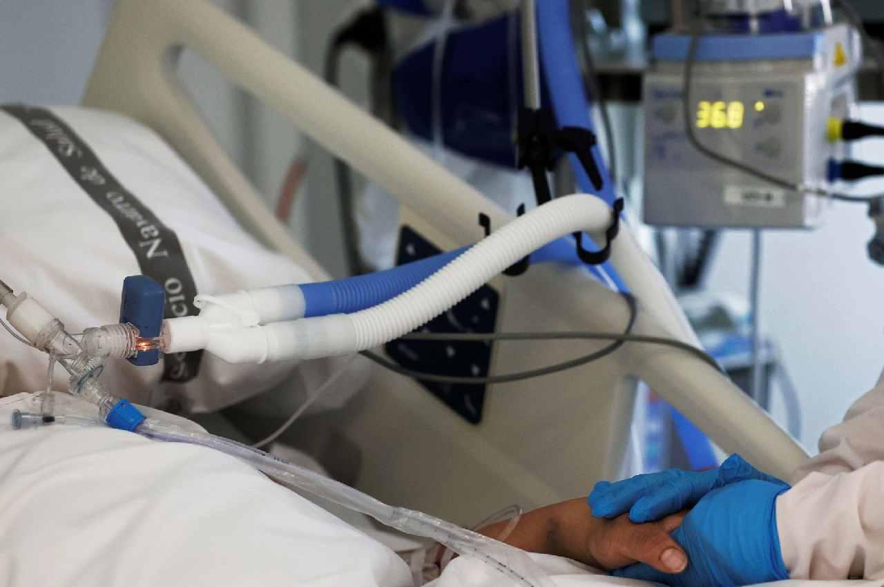 Enfermeira atende um paciente internado na UTI do Complexo Hospitalar de Navarra, na Espanha, em 15 de abril | © Jesús Diges/EFE