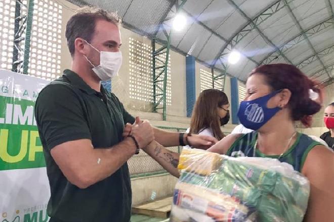 Prefeito de Murici distribuindo cestas básicas no município – © Assessoria