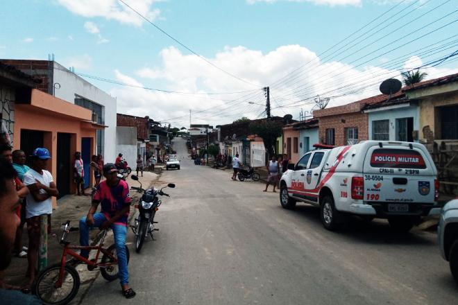 O crime acontece na rua São Vicente e chamou atenção de populares   © Gustavo Lopes/BR104
