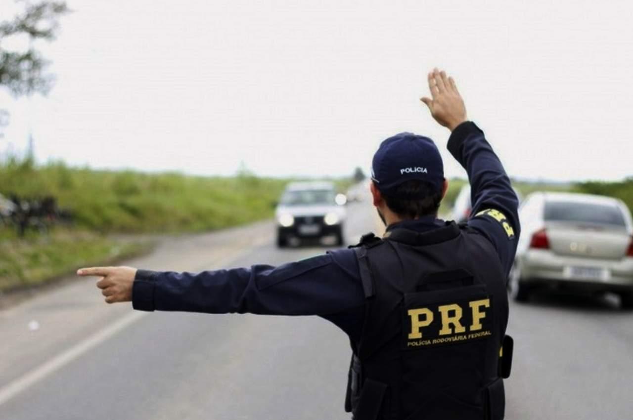PRF durante fiscalização em rodovia federal | ↑ © PRF/AL