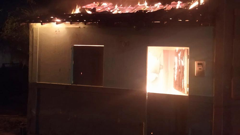 Casa em chamas em São José da Laje