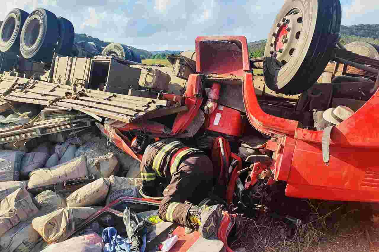 A cabine do caminhão ficou completamente destruída no acidente | © CBM