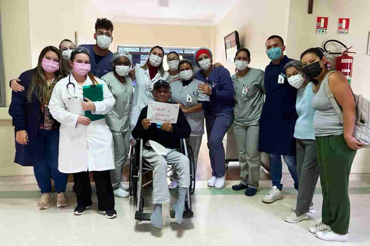 Carlos Massatoshi Higa posa com equipe do Hospital São Camilo e familiares | © Arquivo Pessoal