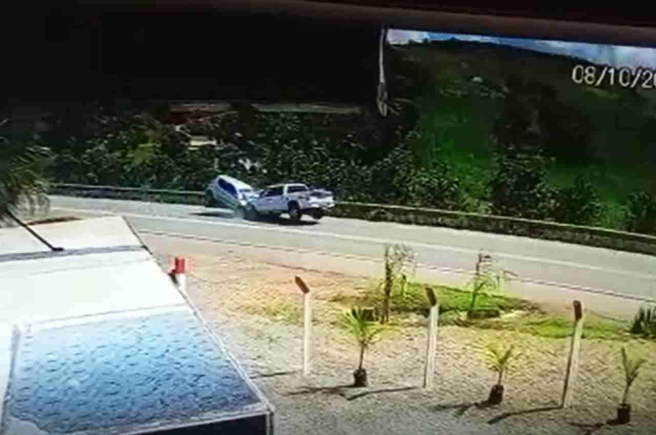 Colisão entre dois carros deixa um morto e dois feridos na BR-104 | © Reprodução