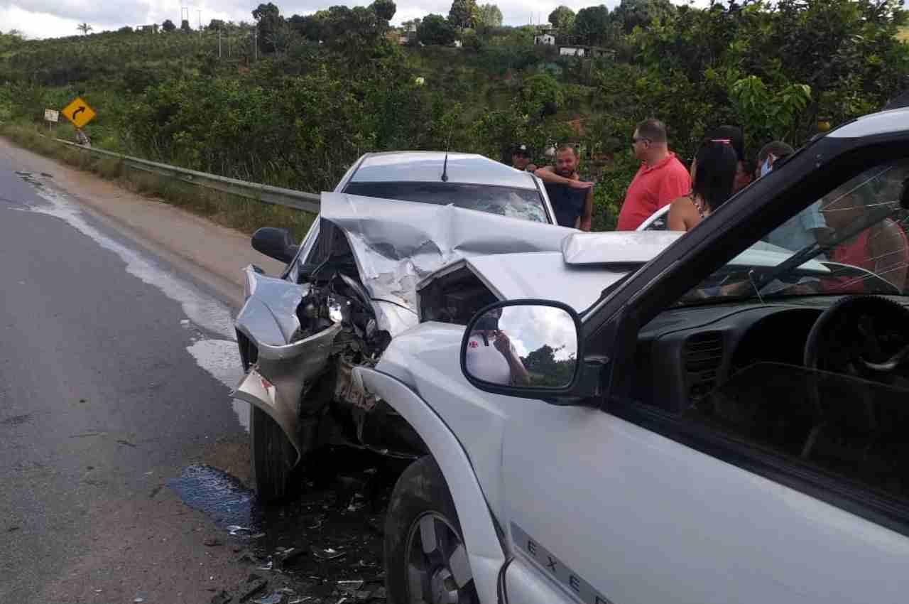 Colisão entre dois carros deixa um morto e dois feridos na BR-104 | © BR104