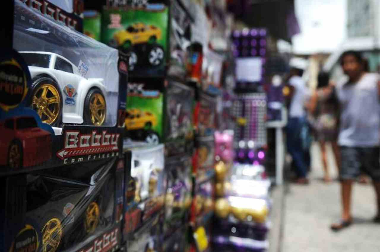 Pessoas fazendo compras em loja de brinquedos | © Fernando Frazão/Agência Brasil