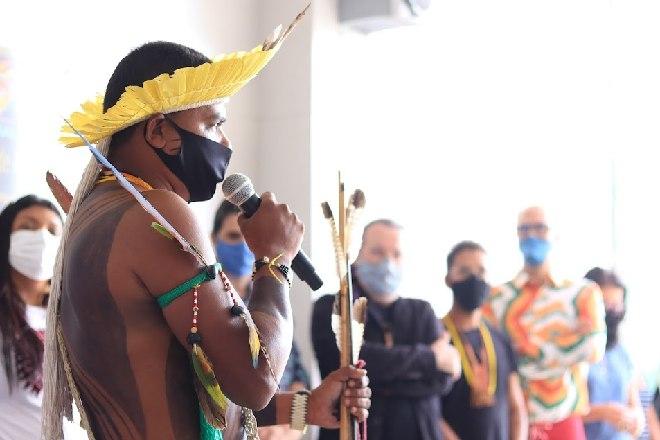 Indígenas durante homenagem no museu da Uneal – © Reprodução