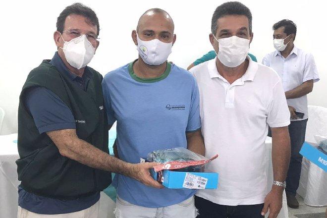 Neno Freitas e Renato Purificação realizando entrega dos materiais para agentes de saúde –© Assessoria
