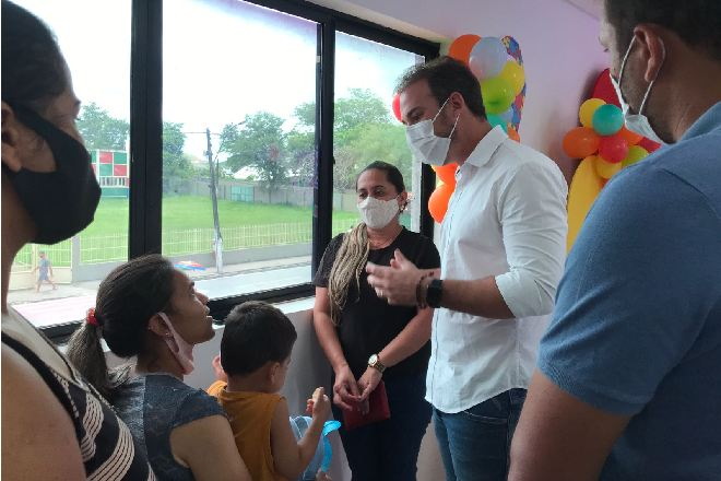 Olavo Neto conversando com mãe de criança autista no evento de apresentação do CresSer Autista –© Assessoria