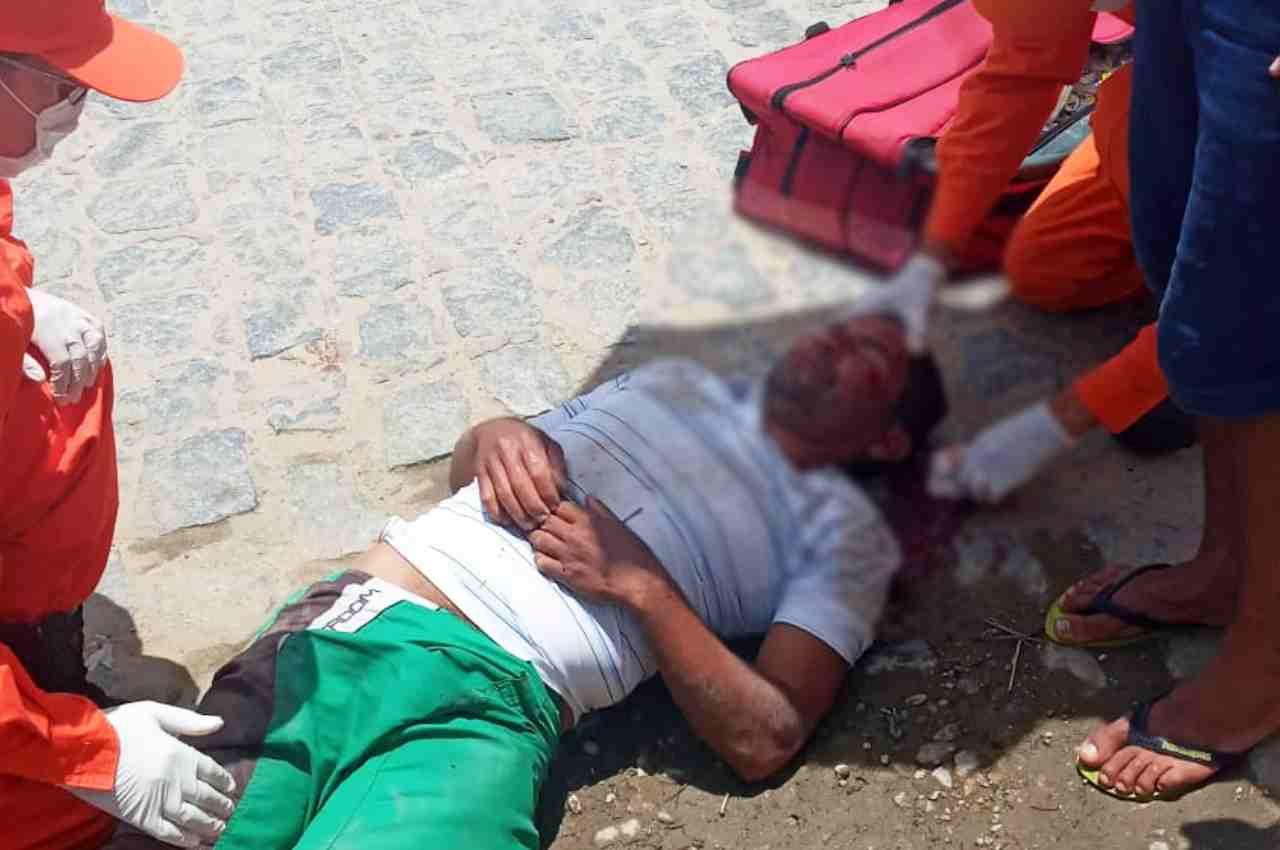 O motociclista sofreu escoriações nos braços, nas pernas e na cabeça e foi encaminhado ao HRM | © Reprodução