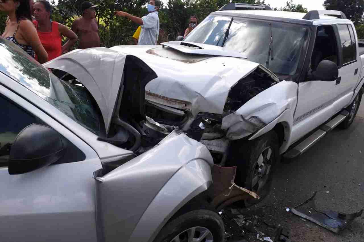 Veículos colidiram frontalmente na BR-104, em São José da Laje | © BR104